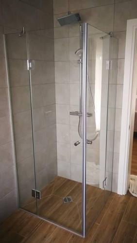 kampinė dušo kabina 2