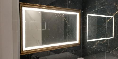 led-veidrodis-su-auksiniu-rėmu